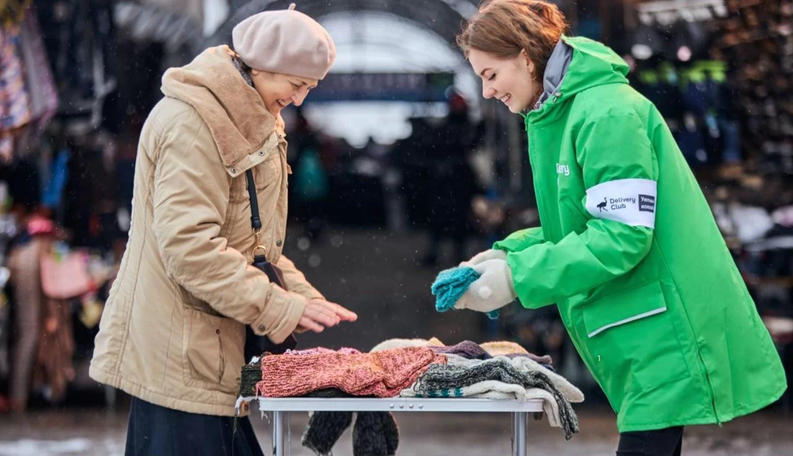 Delivery Club планирует скупить вязаные вещи убабушек — поддержать пенсионеров иутеплить своих курьеров