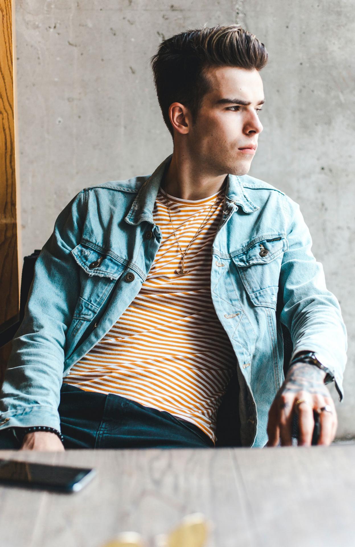 Счем можно исчем нестоит носить мужскую джинсовую куртку